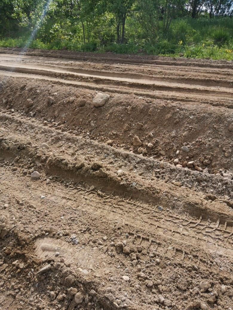 Тяжелые грузовики объезжают пункт весового контроля через деревни и разбивают дороги